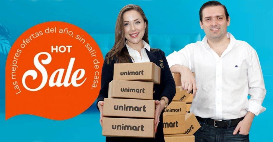 Hombre y mujer posan con productos de Unimart.com