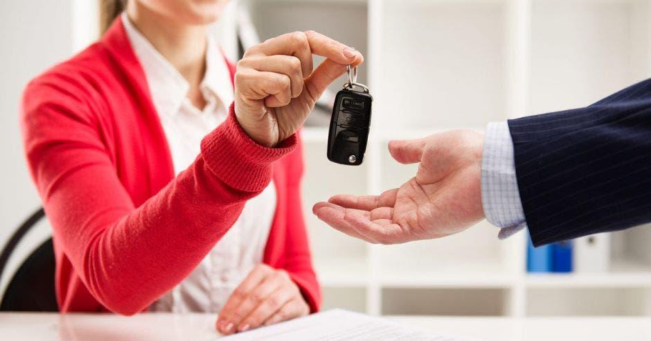 Mujer le da a un hombre llaves de un auto