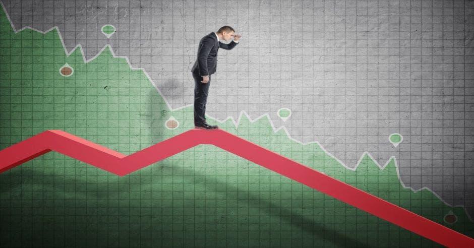 Empresario ve hacia abajo en flecha de caída