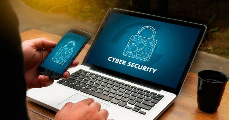 persona con laptop ve en la pantalla temas de Ciberseguridad