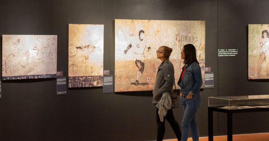 Dos personas visitando Museo