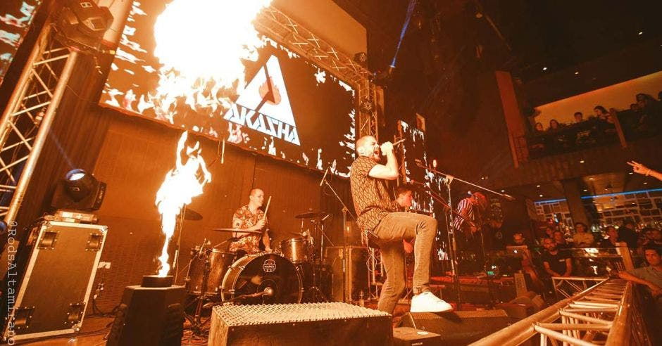 Akasha en presentación con fuego
