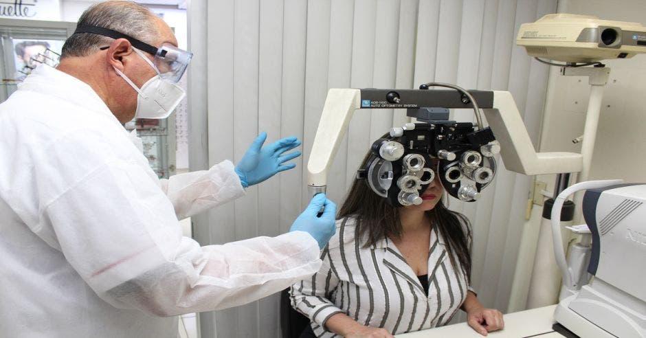 Una persona haciéndose un examen de la vista