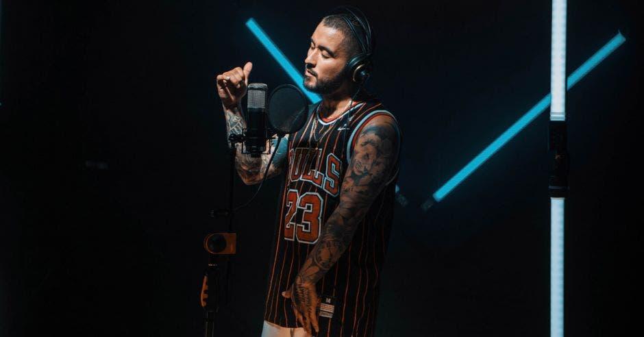 Hombre cantando en concierto