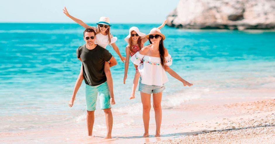 Una familia disfruta de vacaciones en la playa