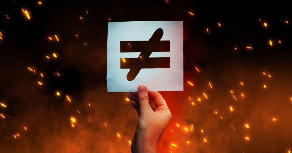 Vemos un incendio y enfrente el símbolo de la desigualdad