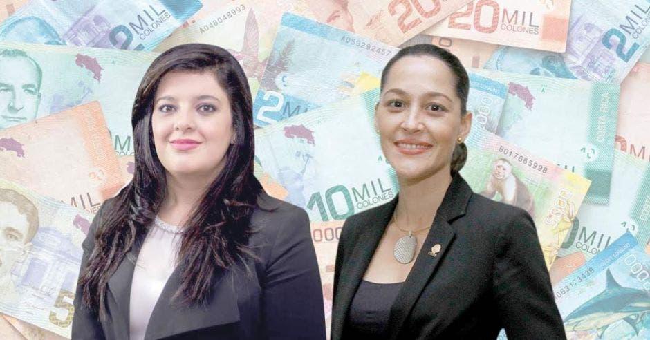 Dos mujeres posan frente a arte de billetes