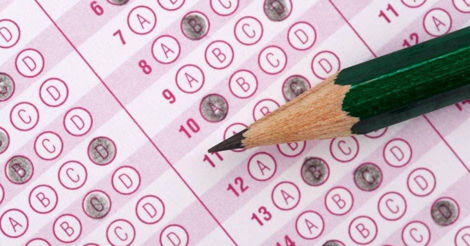 Vemos un examen de rellenar la bolita, y un lápiz encima.