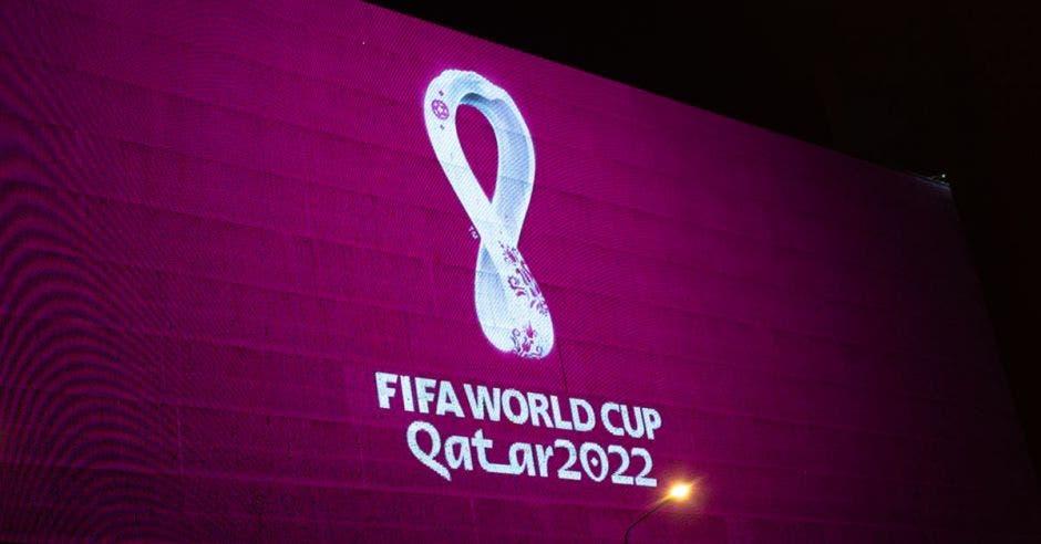 Logo de Catar 2022 en color blanco sobre fondo violeta