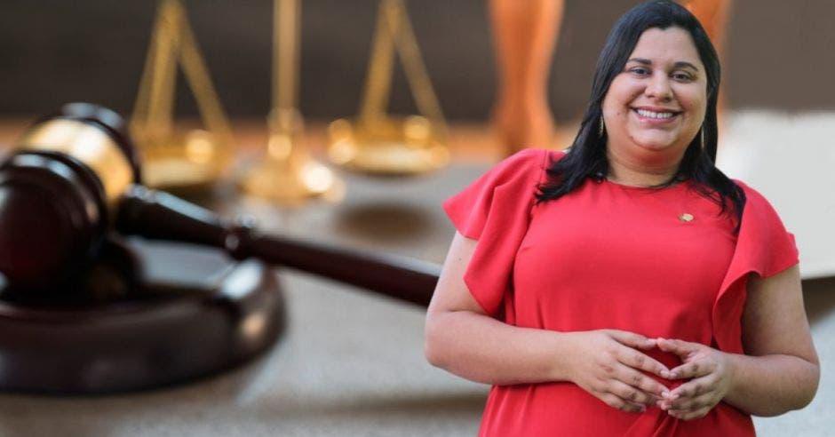 Paola Vega, diputada del PAC frente a arte de mazo de juez