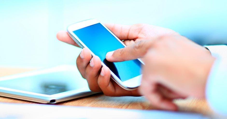 Hombre usa un celular