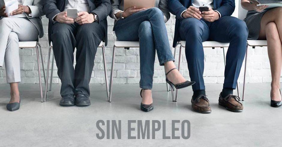 Piernas de persona en entrevista de empleo
