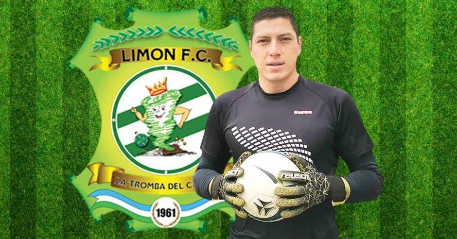 Un portero sostiene un balón junto al escudo de Limón FC