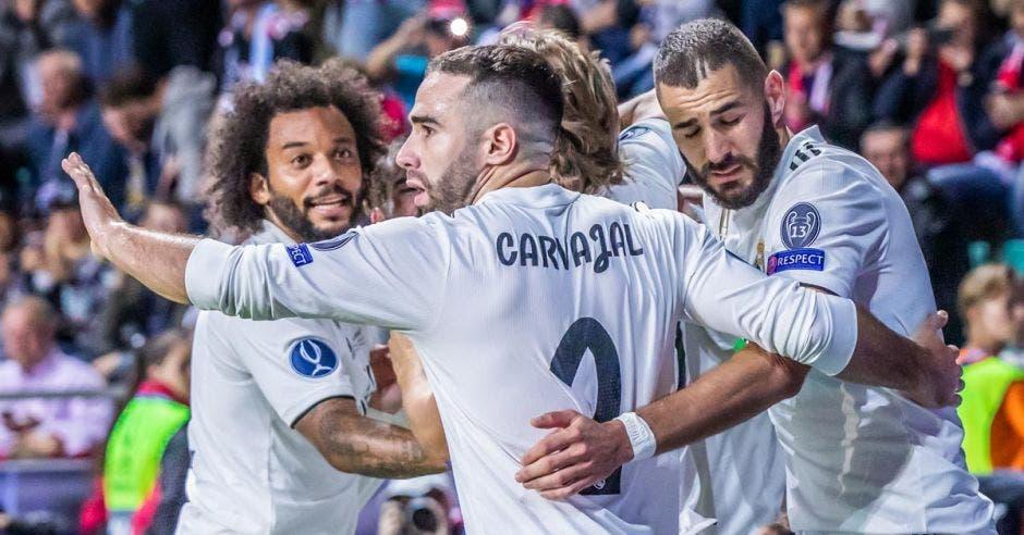 Un grupo de jugadores con uniforme blanco