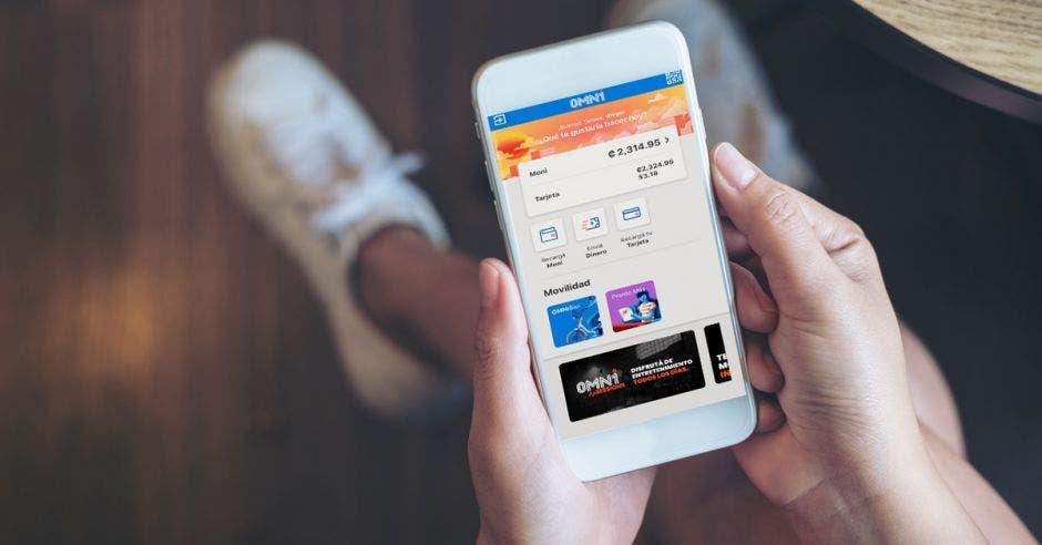 Persona usando celular y está dentro de App OMNi