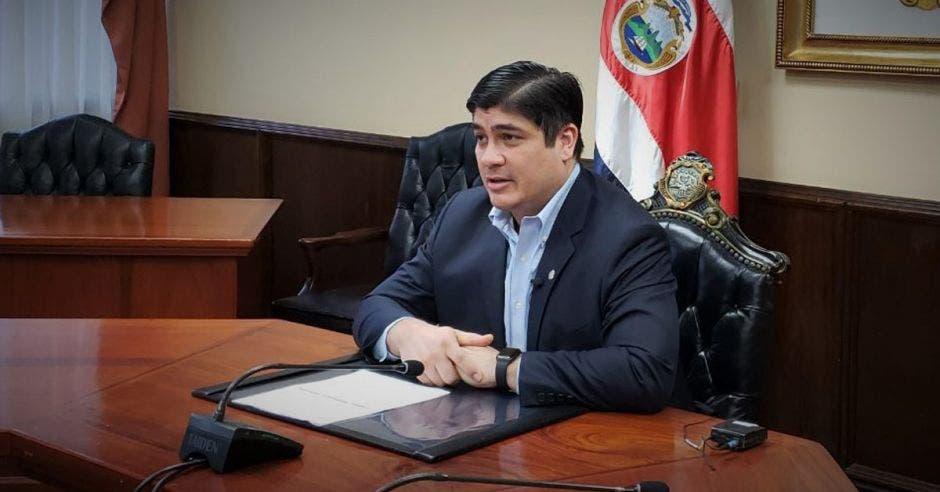Vemos al presidente Carlos Alvarado hablando.