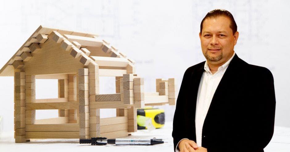 Randall Murillo, con un arte de casas de madera de fondo