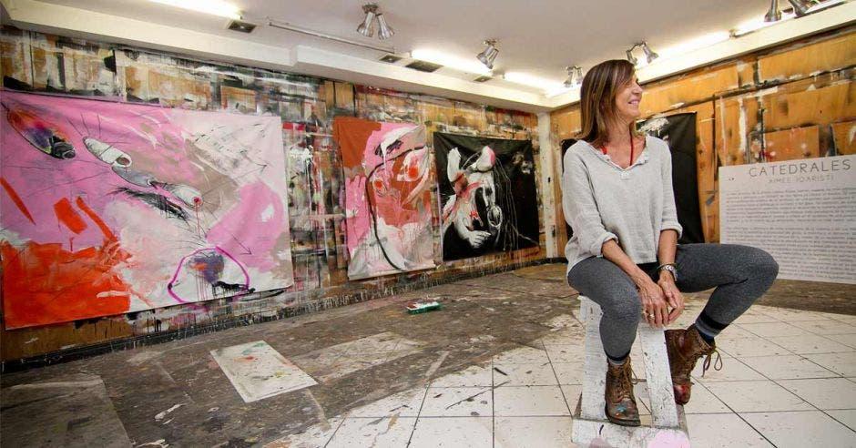 Artista en galería de arte