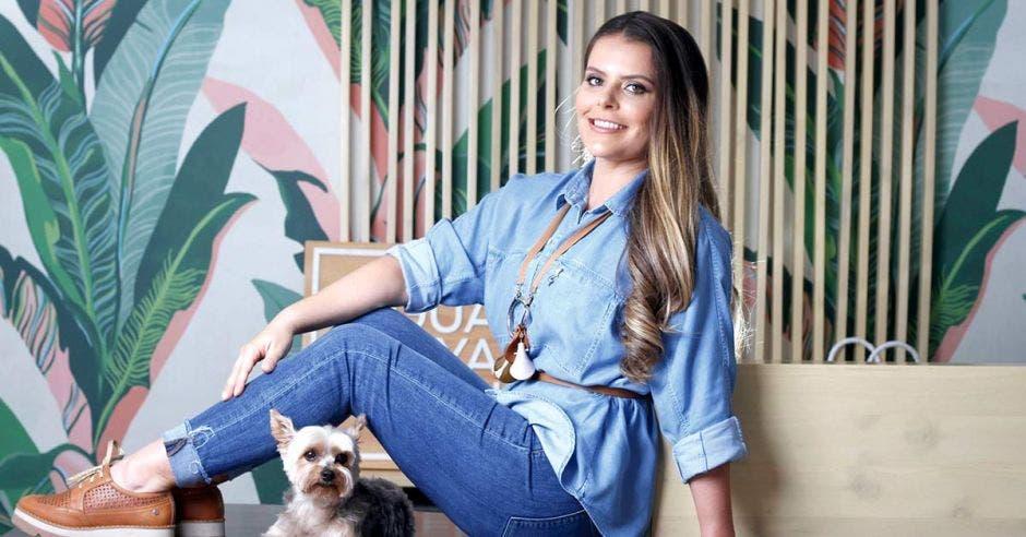 María Lourdes Castro con su perrito