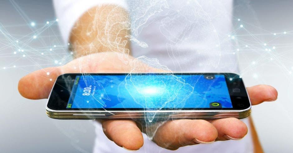 Un hombre sostiene un celular