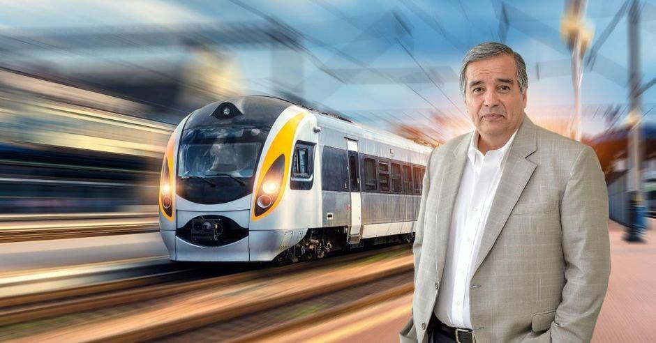 Hombre posa frente a tren