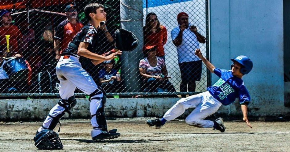 Personas jugando béisbol