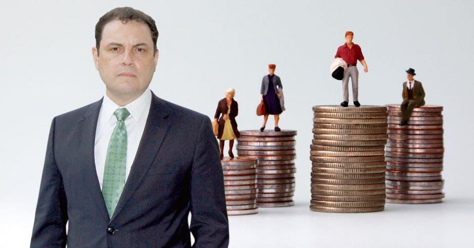 Hombre posa frente a monedas