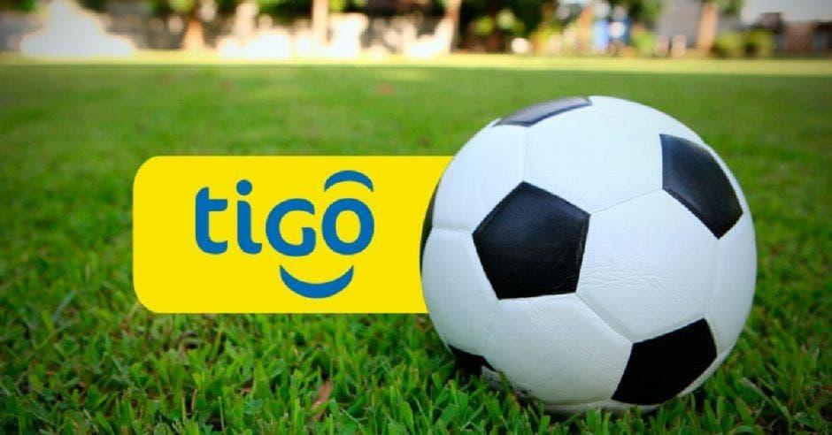 Tigo Sports logo junto a balón de fútbol
