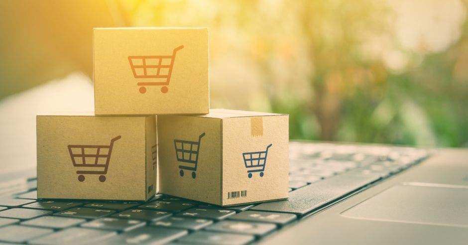 Vemos unas cajas con el ícono de un carrito de compras pintado encima.