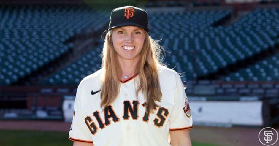 Mujer con ropa de béisbol