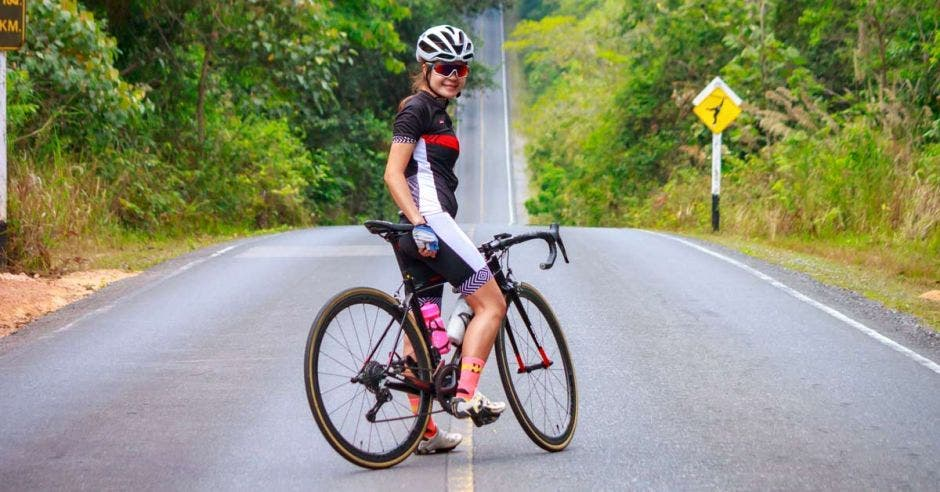 ciclismo realizado por mujer en una montaña