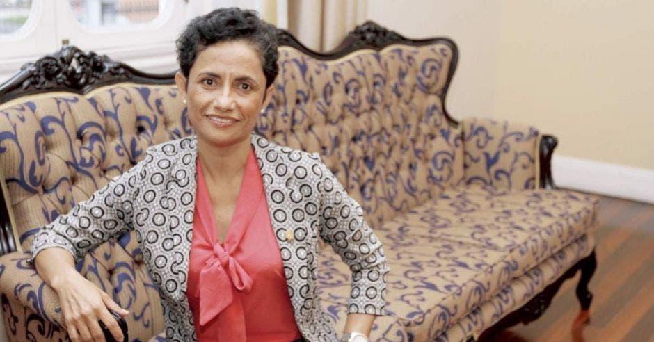 Yorleny León, diputada del PLN sentada
