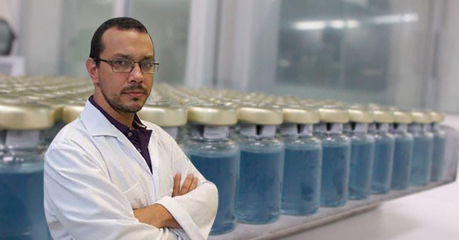 Guillermo León y los frascos de plasma equino