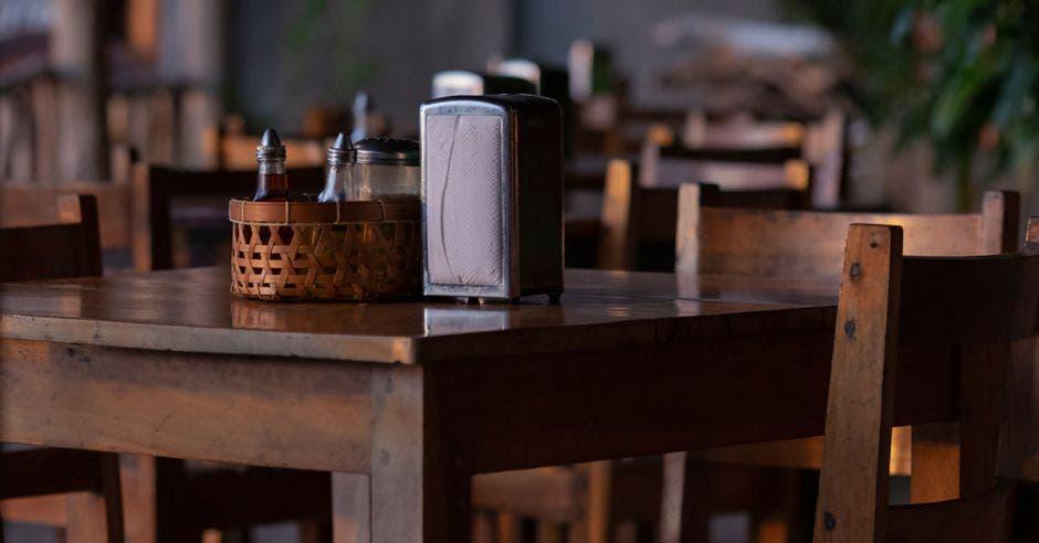 Vemos varias mesas de restaurantes vacías