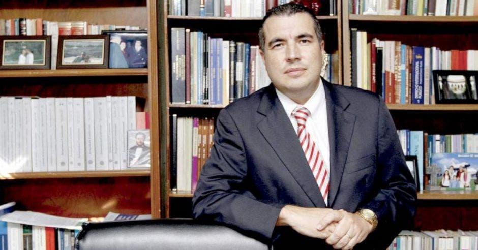 Fernando Zamora, abogado constitucionalista en cuarto con libros