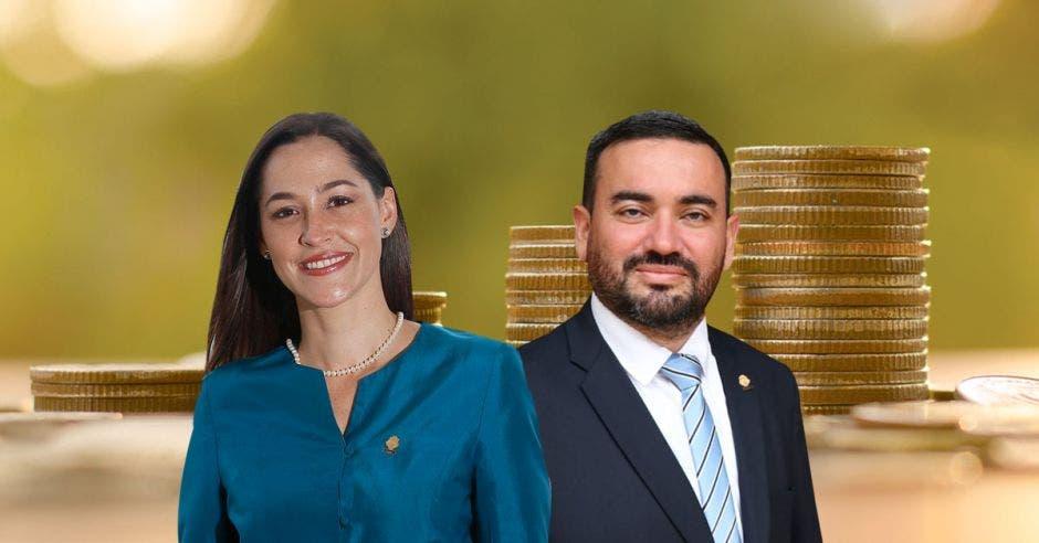 Mujer y hombres sonrientes frente a monedas