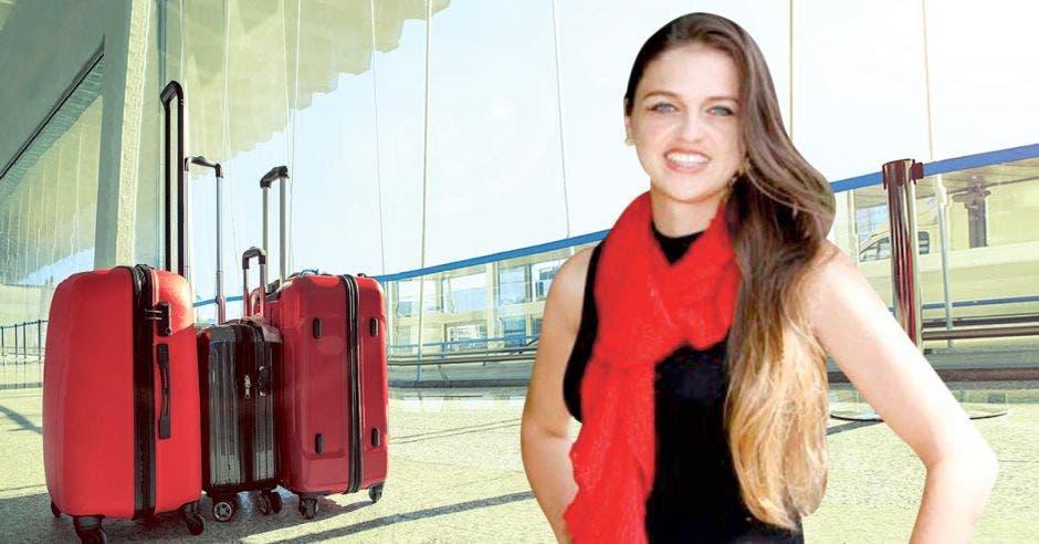 Kattia Rojas con fondo de valijas
