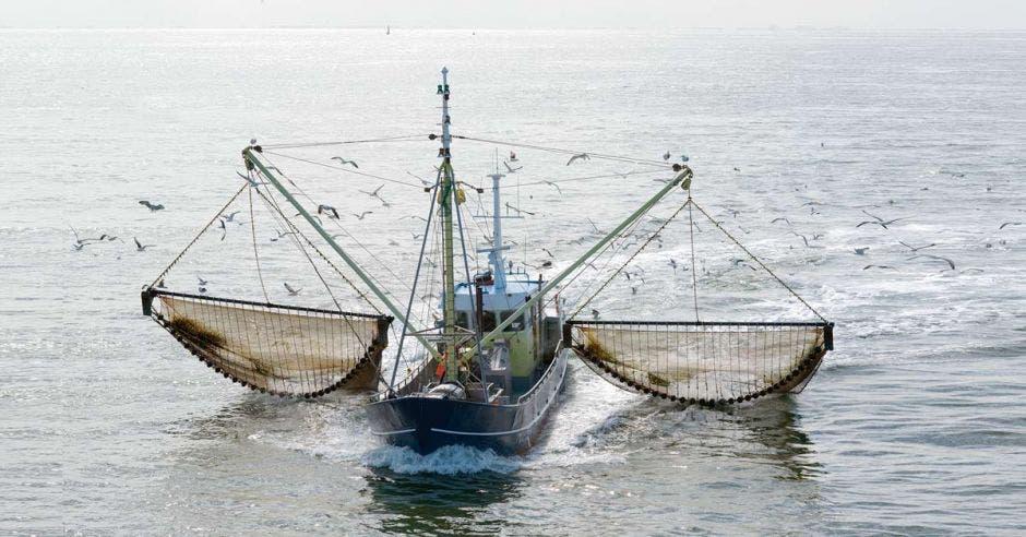 Un buque con redes de arrastre