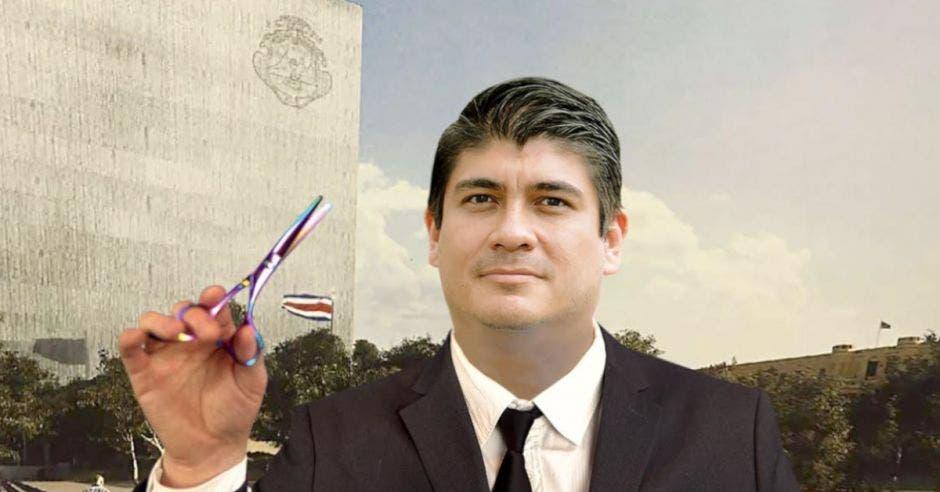 Carlos Alvarado con unas tijeras