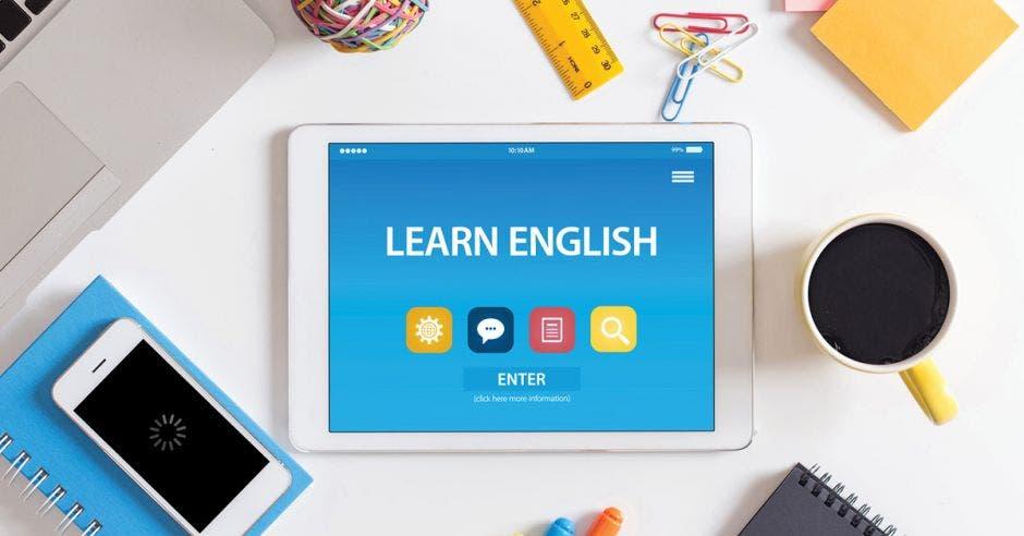 Inglés lección virtual con celular y taza de café