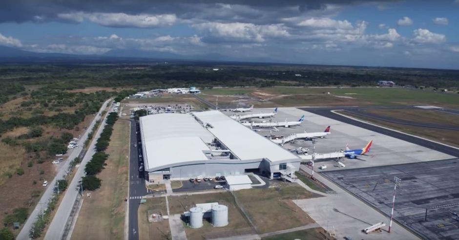 Puertos de embarque de un aeropuerto extenso