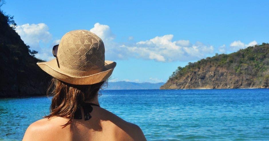 Persona en playa de Guanacaste