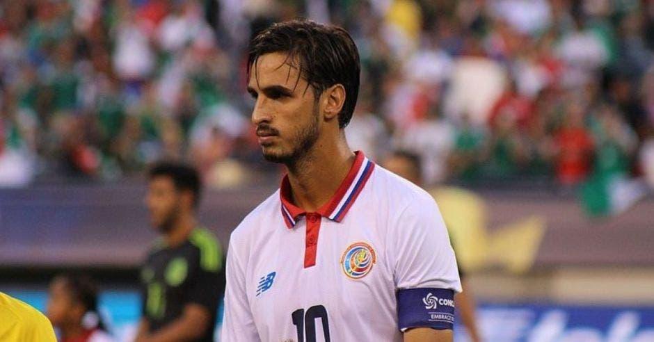Bryan Ruiz con camiseta blanca de la Selección