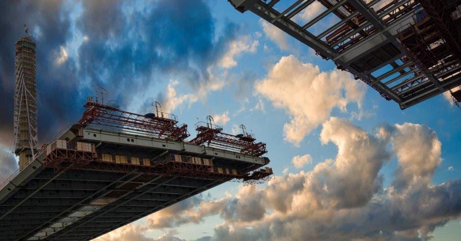 Vemos un puente en construcción