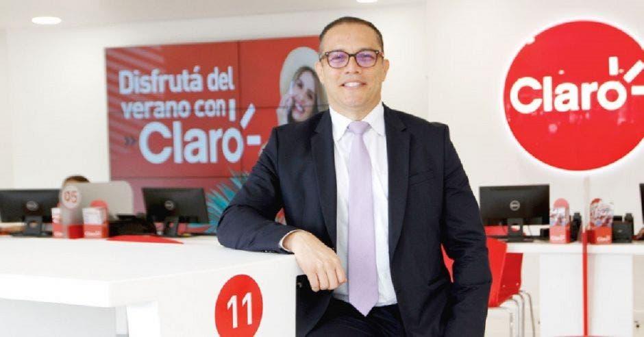 Oscar Chacón en sucursal de Claro