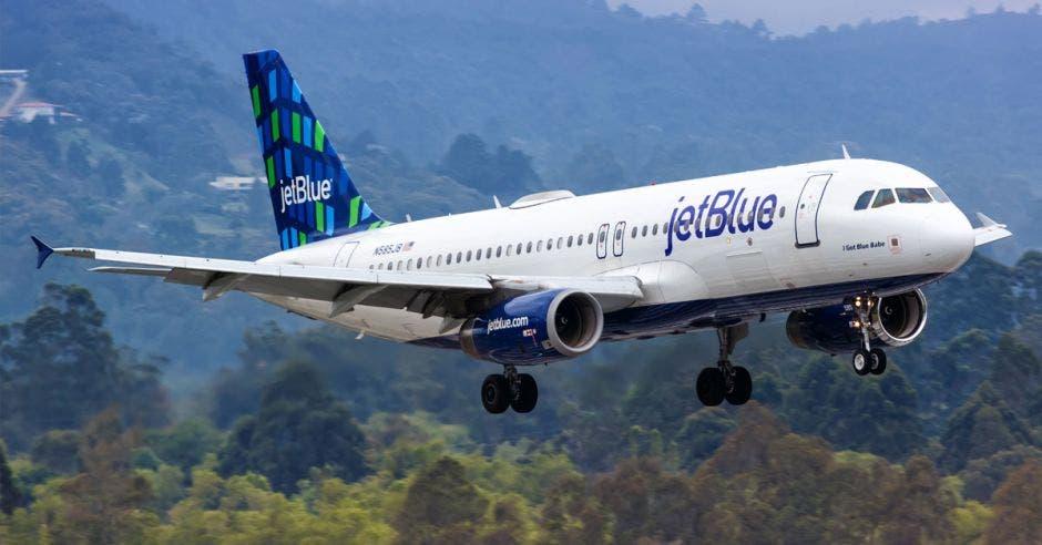 Un avión blanco con detalles en azul