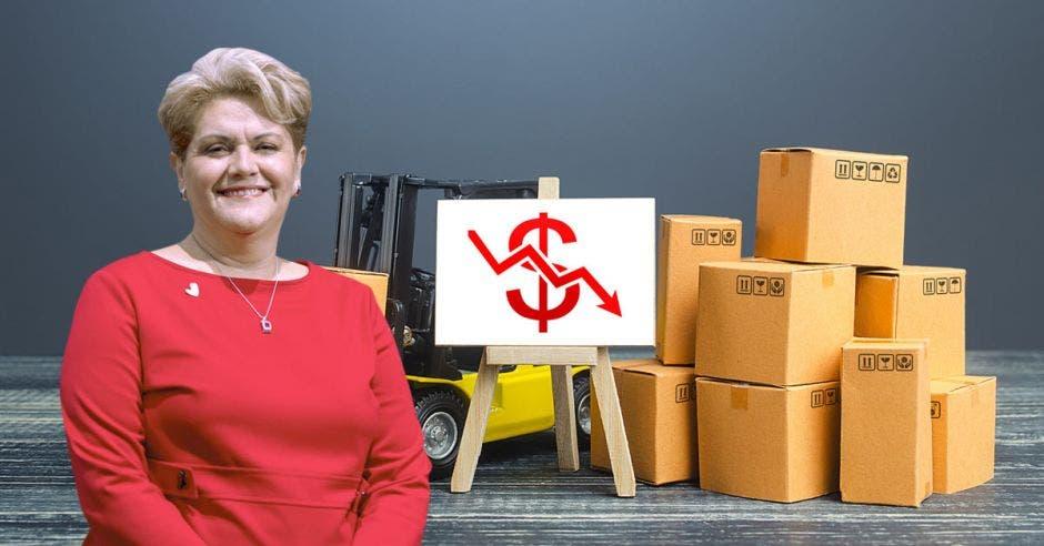 Mujer con cajas y gráfico de fondo