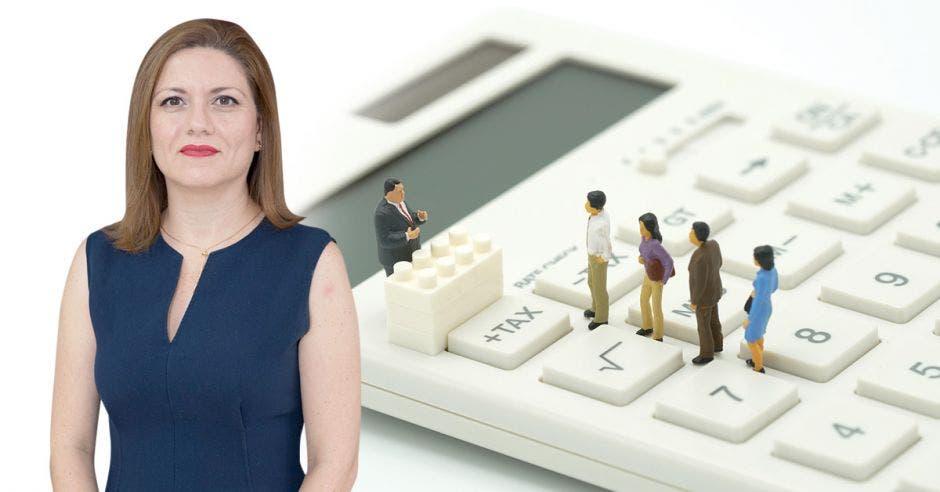 Mujer con arte de fondo de muñecos haciendo fila en calculadora