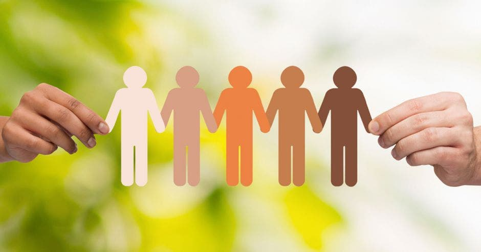 Inclusión representada en muñecos de papel de distintos colores