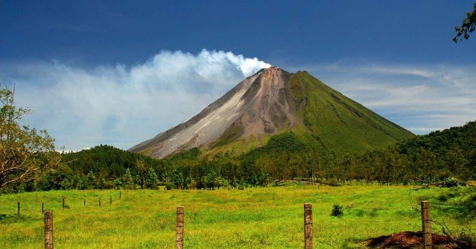 Vista lejana del volcán Arenal, en San Carlos